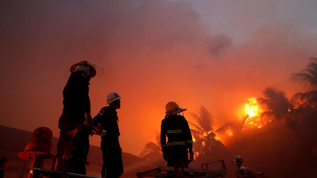 Dahsyatnya Api Melahap Hotel Bersejarah Myanmar