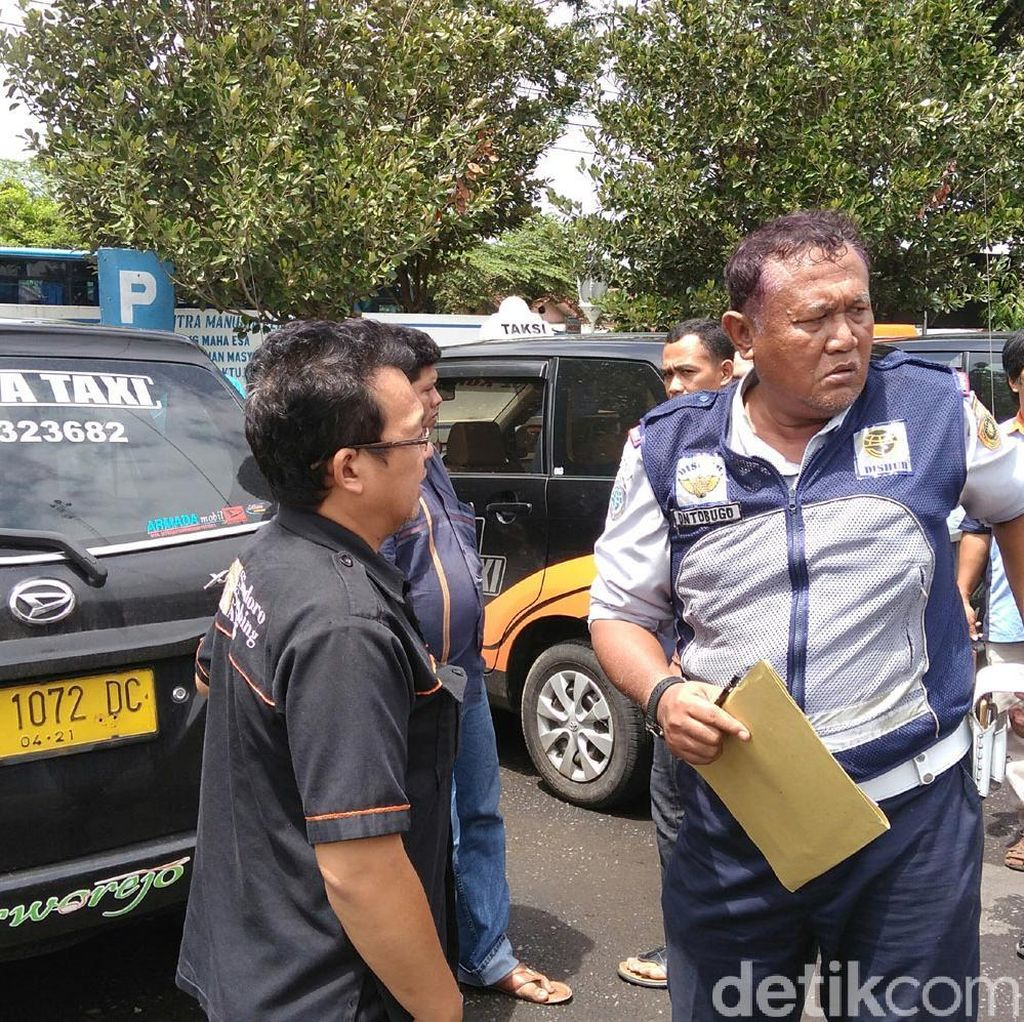 Puluhan Sopir Datangi Dishub Purworejo Tolak Taksi Online