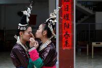 Berdandan sebelum tradisi tarik ayam (Tyrone Siu/Reuters)