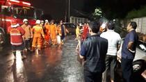 Hujan Deras, Mobil Terperosok ke Parit di Cakung Jaktim