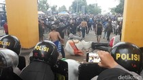 Polisi Bentrok dengan Suporter Usai Laga Persib vs Madura United