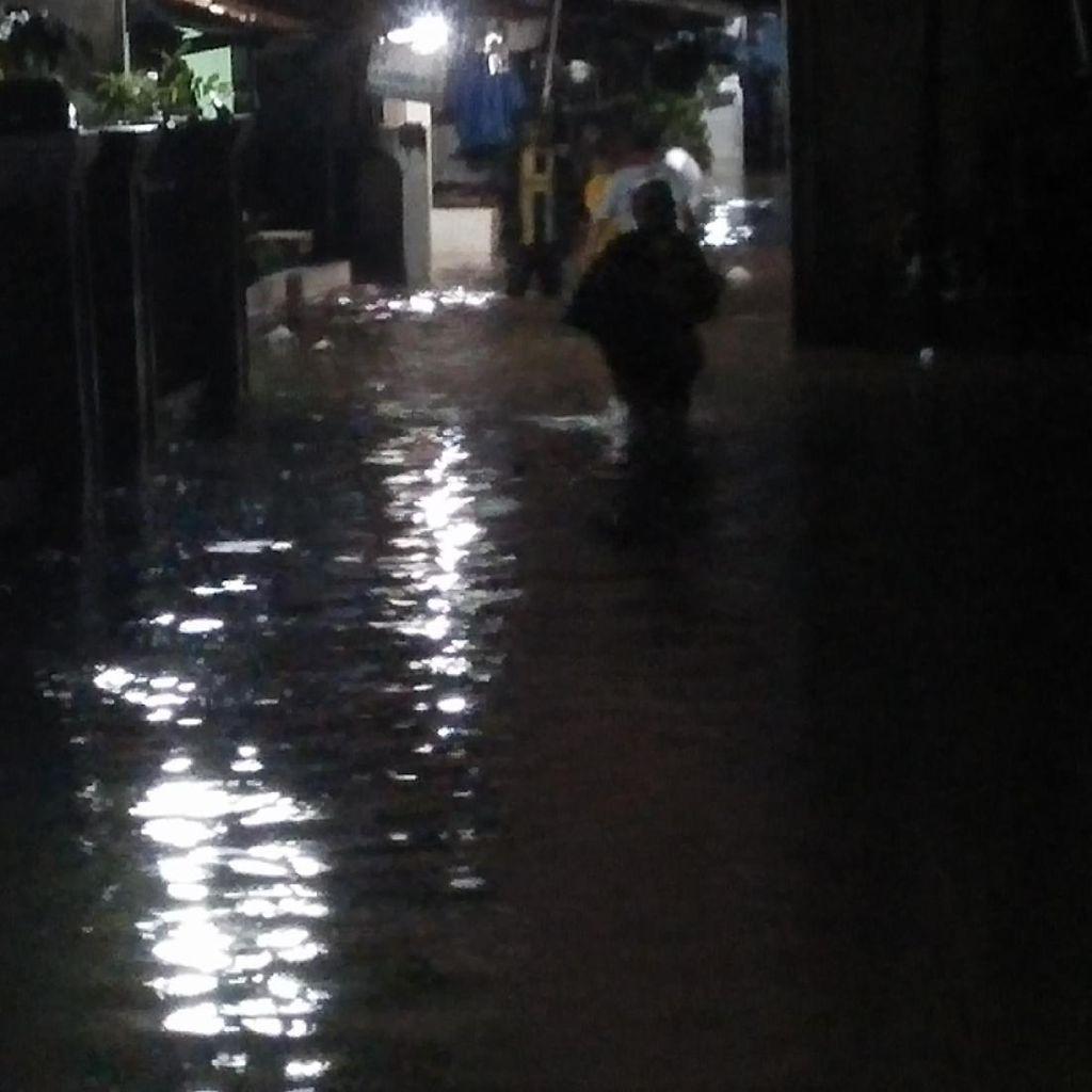 Sebagian Rumah di Jatipadang Masih Dikepung Banjir