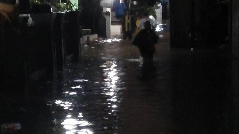 Hujan Deras Guyur Rumah Warga - Jakarta Hujan deras yang mengguyur Jakarta sejak siang hari ini menyebabkan sejumlah wilayah Seperti yang terjadi di Gang
