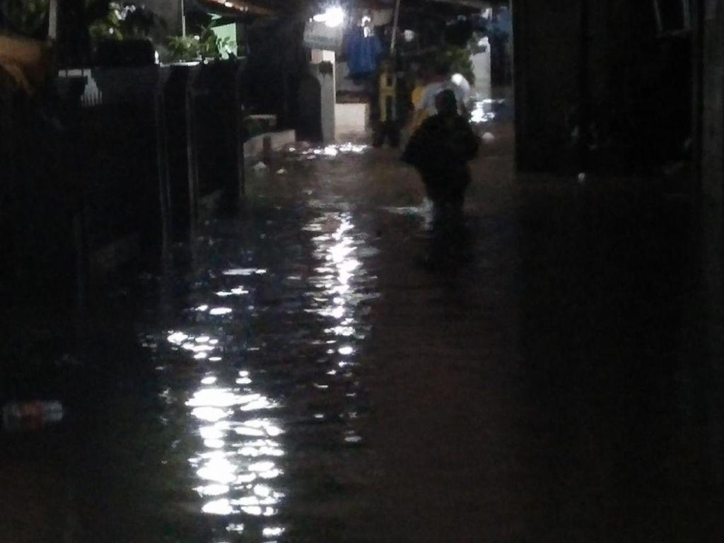 Hujan Deras Guyur Jatipadang, Rumah Warga Terendam Banjir 50 Cm