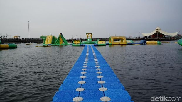 Jembatan yang harus disusuri untuk mencapai area permainan (Shinta/detikTravel)