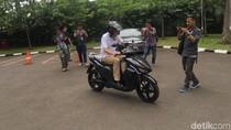 Aksi Jonan Meliuk-liuk Pakai Motor Listrik Buatan Mahasiswa ITS