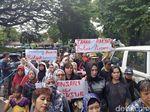 Puluhan Ibu-ibu Geruduk Kantor Ridwan Kamil Tolak Penggusuran