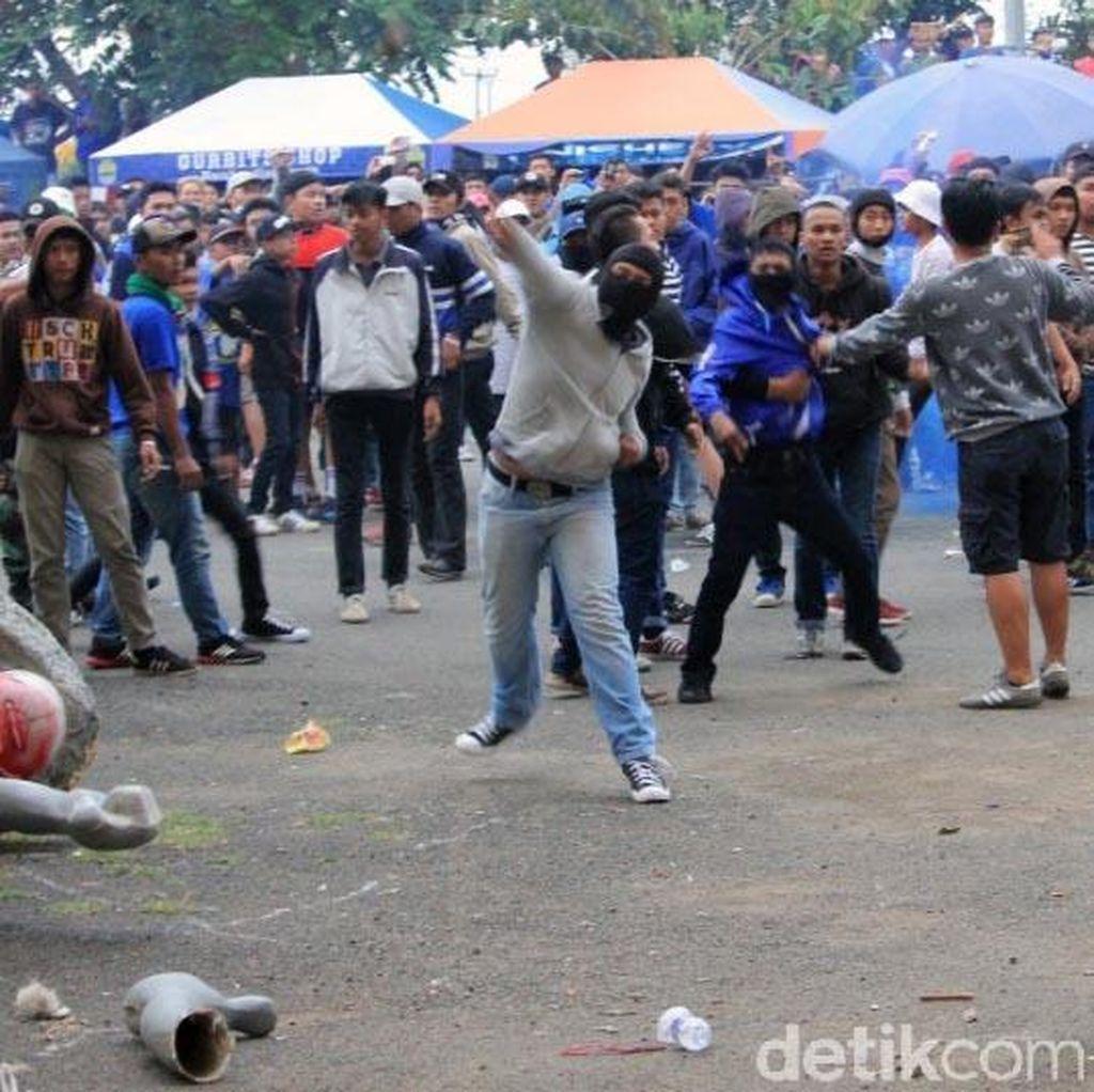 Pecah! Ini Video Bentrokan Suporter Persib dan Polisi
