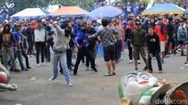 Pecah! Ini Video Bentrokan Suporter Persib Bandung dan Polisi