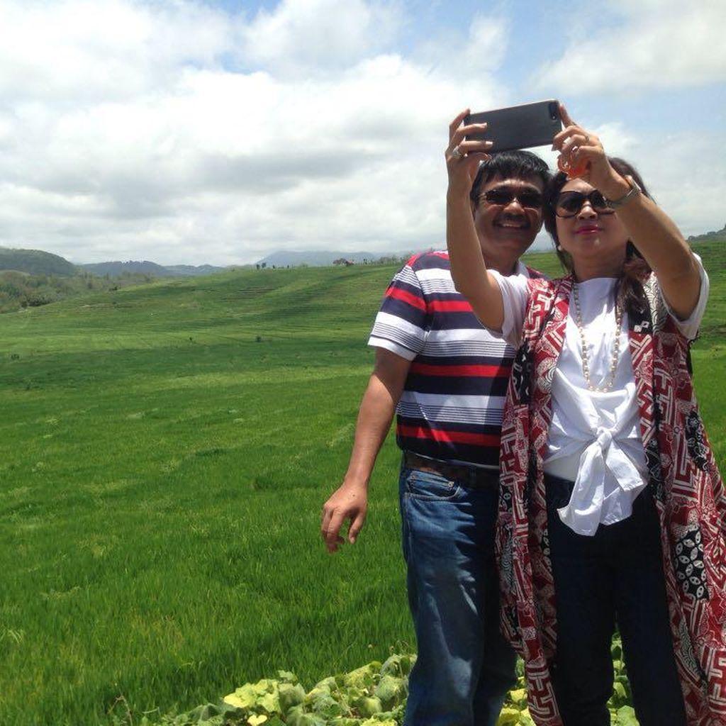 Foto: Selfie Mesra Djarot dan Istri di Labuan Bajo