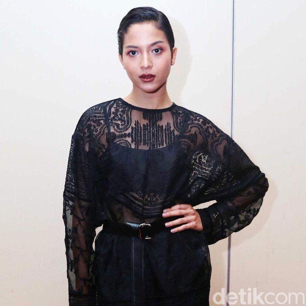 <i>Sexy in Black</i>! Putri Marino Pamer Kaki Jenjang