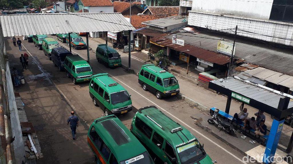 Mayoritas Sopir Angkot di Terminal Cicaheum Mogok Operasi