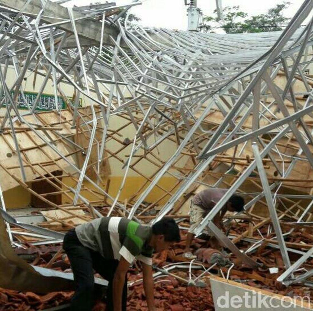 Diguyur Hujan Terus Menerus, Atap GOR di Kebumen Ambrol