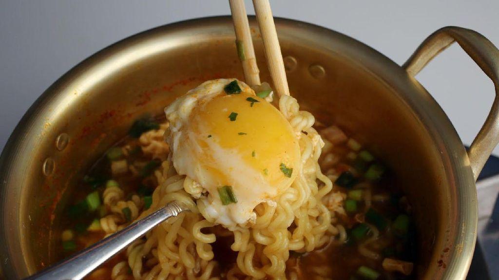 Asyik! Di Mini Market Ini Bisa Beli dan Masak Sendiri Mie Instan dengan Telur!