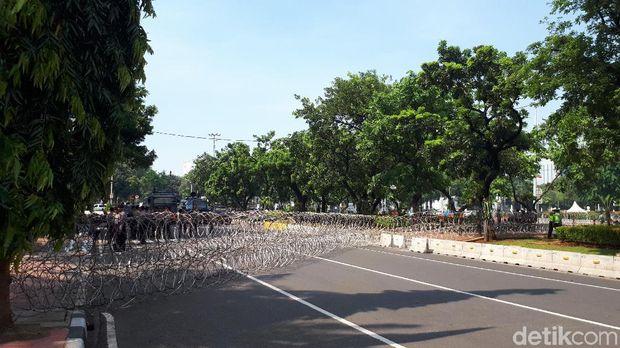 Pagar berduri dipasang melintang Jalan Medan Merdeka Barat