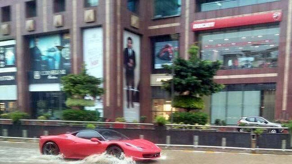 Pemilik Ferrari Ini Nekat Terobos Banjir