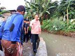 Anies Cek Perbaikan Tanggul Jebol, Salami Pasukan Biru