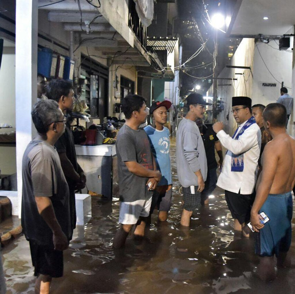 Ke Rumah Warga Cipete yang Tewas, Anies Cek Penanganan Banjir