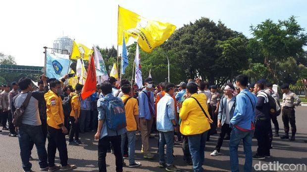 Mahasiswa berdemo di depan Istana Merdeka, Jumat (20/10/2017)