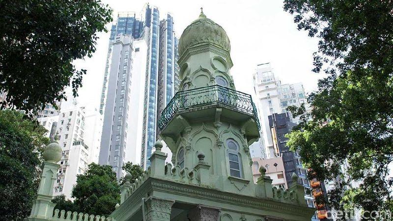 Di balik ratusan gedung pencakar langit, Hong Kong juga memiliki masjid berumur ratusan tahun. Berlokasi di 30 Shelley Street, Mid-Levels, inilah masjid pertama dan tertua di Hong Kong (Randy/detikTravel)