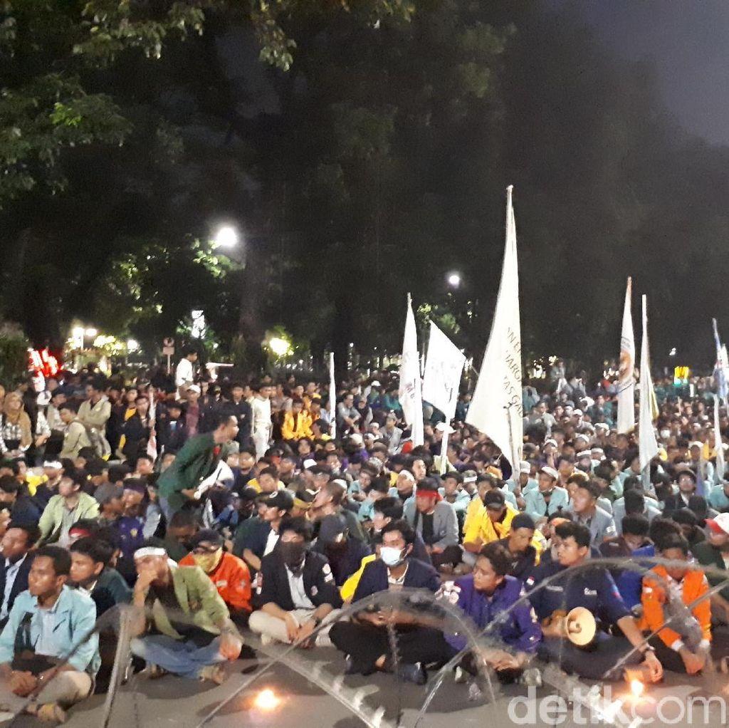 Lewati Batas Waktu, Mahasiswa Masih Bertahan di Depan Istana
