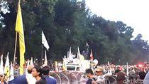 Diimbau Polisi Bubar, Mahasiswa Tetap Bertahan di Dekat Istana