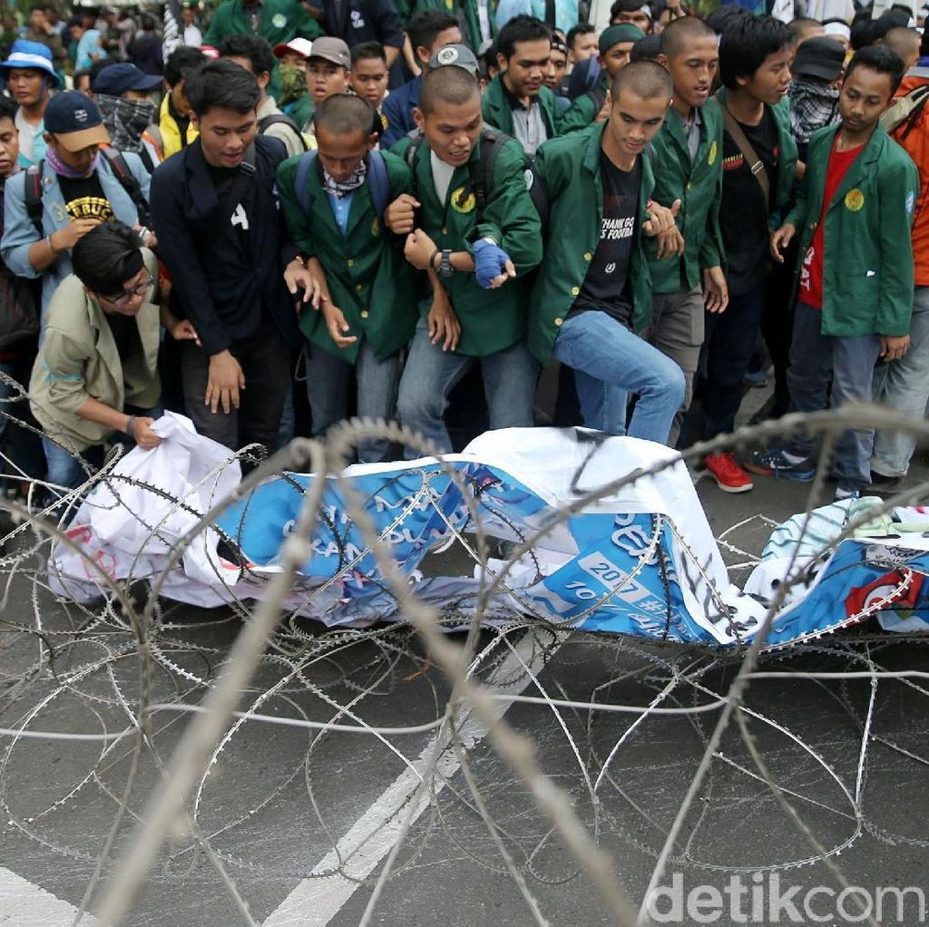 Massa Aksi 3 Tahun Jokowi-JK Injak-injak Kawat Berduri