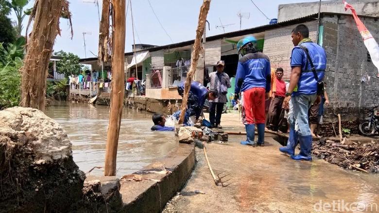 Tanggul Karung Jebol yang Bikin Banjir di Jatipadang Diperbaiki