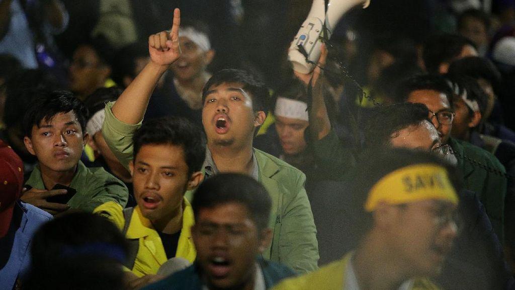 Foto: Tengah Malam, Mahasiswa Masih Bertahan di Depan Istana