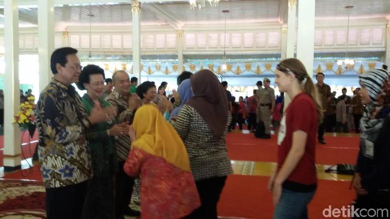 Mangayubagyo, Warga dan Bule Antre Salaman dengan Sri Sultan HB X