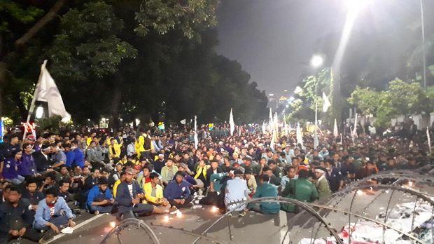 Massa masih bertahan di depan Istana Merdeka