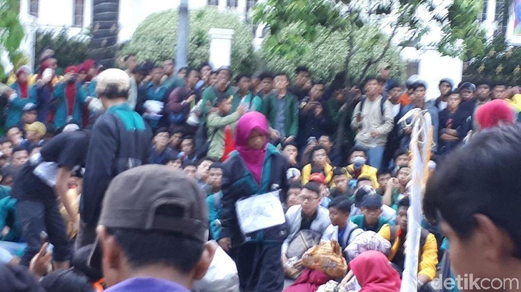 Massa Gelar Teatrikal di Tengah Aksi Demo 3 Tahun Jokowi-JK