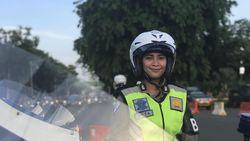 Aksi Polwan Atur Lalin di Tengah Demo di Depan Istana