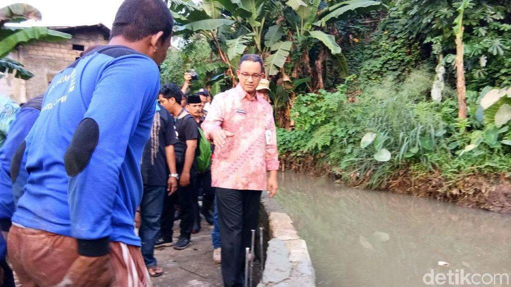 Anies Tinjau Turap Tanggul Jebol yang Bikin Banjir di Jatipadang
