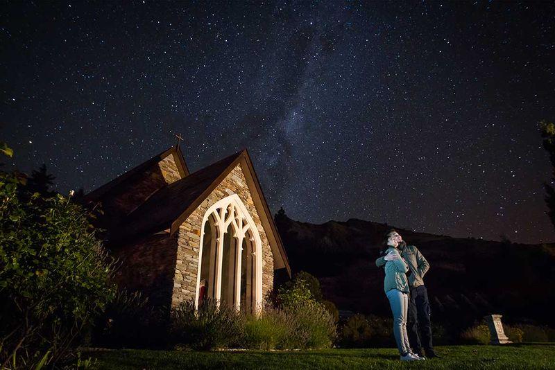 Lewat press rilis yang diterima detikTravel dari Tourism New Zealand, Jumat (20/10/2017), ada sejumlah aktivitas romantis yang bisa dilakukan di sana. Salah satunya adalah melihat langit malam berduaan (dok Tourism New Zealand)