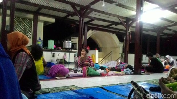 Situasi pengungsi banjir Jatipadang di Masjid Al Ridwan