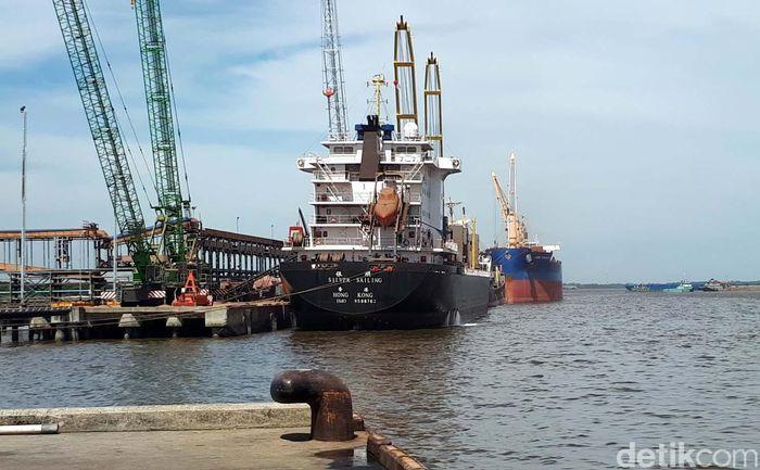 Pelabuhan Dumai di Riau tercatat sebagai pelabuhan ekspor CPO terbesar di Indonesia. Lewat pelabuhan Pelindo I ekspor CPO mencapai 6,5 juta ton per tahun di luar pelabuhan milik perusahaan perkebunan sawit sendiri.