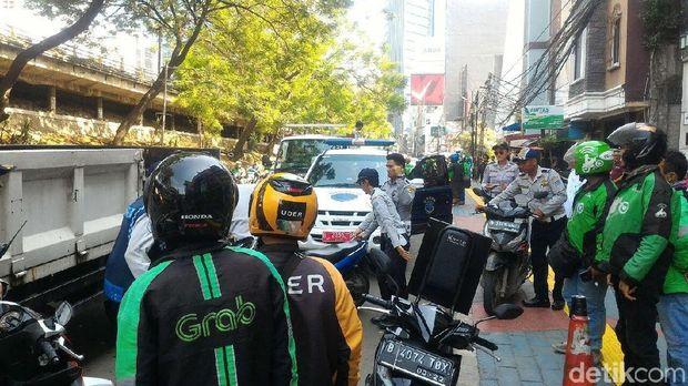 26 Motor Sama Abang Ojeknya Diangkut ke Truk karena Ngetem