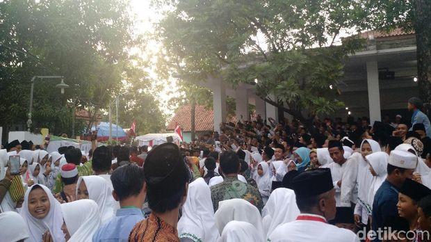 Tiba di ponpes, santri antusias memotret Jokowi