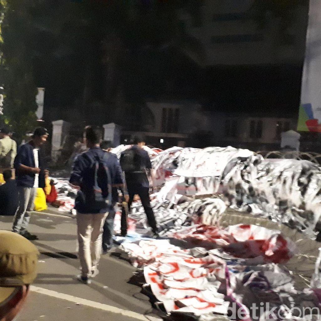 Jelang Tengah Malam, Mahasiswa Masih Bertahan di Depan Istana
