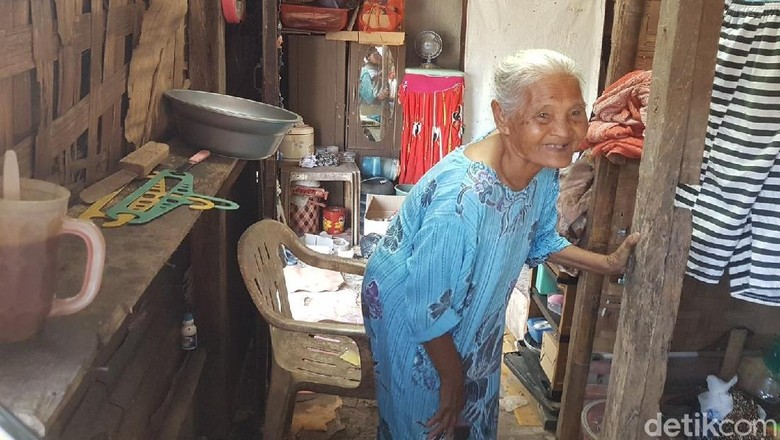 Kisah Nenek Wati Hidup Sebatang Kara di Pinggir Rel Kota Serang