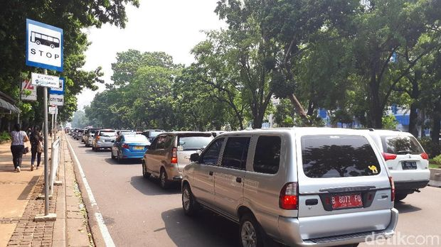 Kondisi lalin di Medan Merdeka Barat sempat macet sebelum ditutup