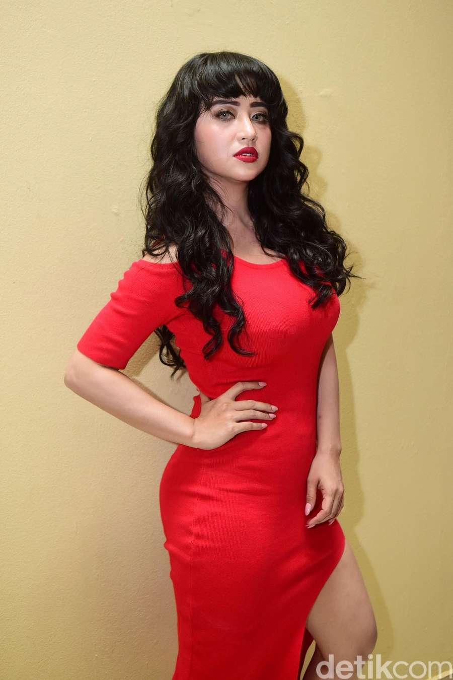 Yang Baju Merah Jangan Sampai Lolos! Seksinya Dewi Persik