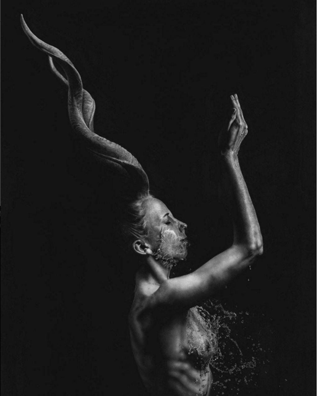 Seniman itu bernama Jono Dry, ia melukis aliran lukisan photorealistic. Lukisan Photorealistic adalah lukisan yang mirip dengan hasil dari jepretan kamera. (Foto: Instagram/jonodry)