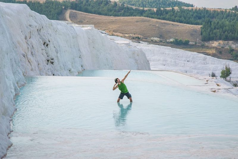 Di Denizli, Turki terdapat pemandian air panas alami yang unik. Nuansanya seperti di dunia mimpi dengan lumpur putih hangat! (Seek The World)