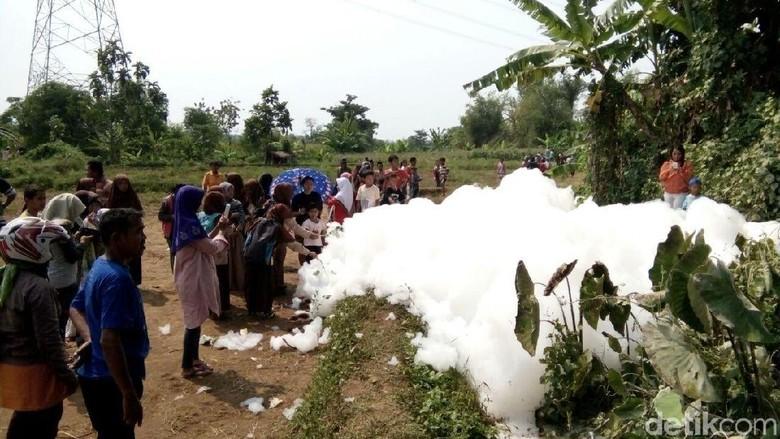 Foto: Gelembung Busa Raksasa di Jepara yang Bikin Penasaran