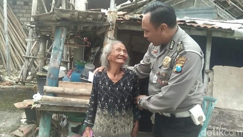 Patut Dicontoh, Polisi ini Sisihkan Tunjangan untuk Warga Miskin