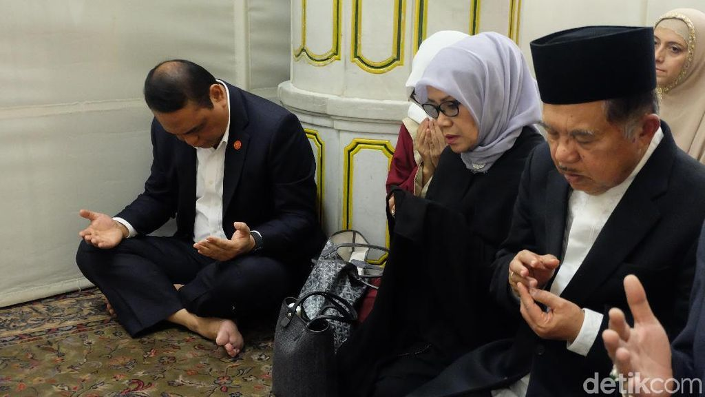Sebelum Umrah, JK Salat dan Ziarah ke Makam Rasulullah SAW