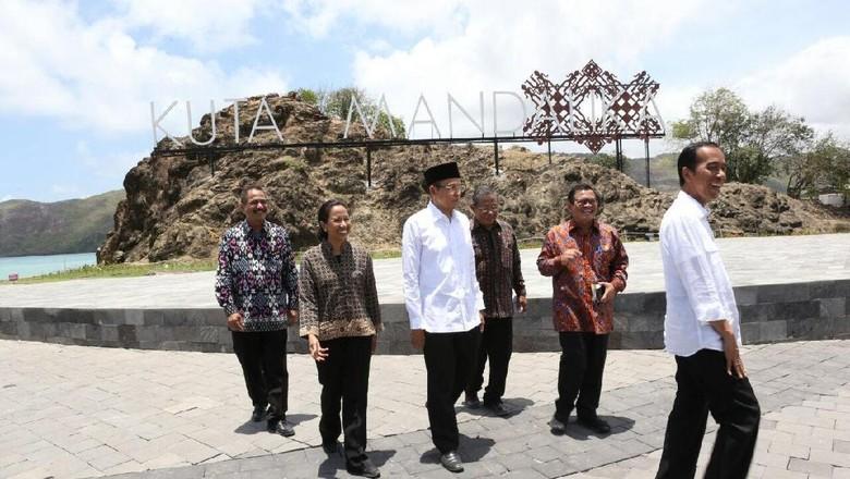 Presiden Jokowi bersama jajarannya serta Menteri Pariwisata Arief Yahya di Mandalika (Rusman/Biro pers Setpres/Kemenpar)