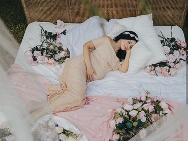 Sst! Bunda Titi sedang tidur, nih. (Foto: Instagram @avelinegunawan/ @babyaxioo)